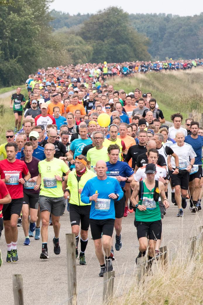 Aan het begin van de Kustmarathon vormen de deelnemers nog een vol peloton. Velen zijn op weg gegaan met Lein Lievense, de overleden organisator, in hun achterhoofd.