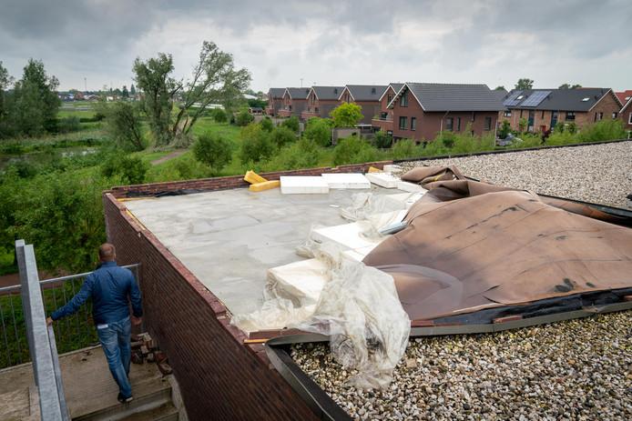 De dakbedekking van een appartement aan de Corso in Huissen is losgekomen.
