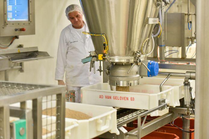 2. De ragout die door de combinatie van roux-vlees ontstaat gaat bij 80 graden in bakken. Gelatine wordt toegevoegd.