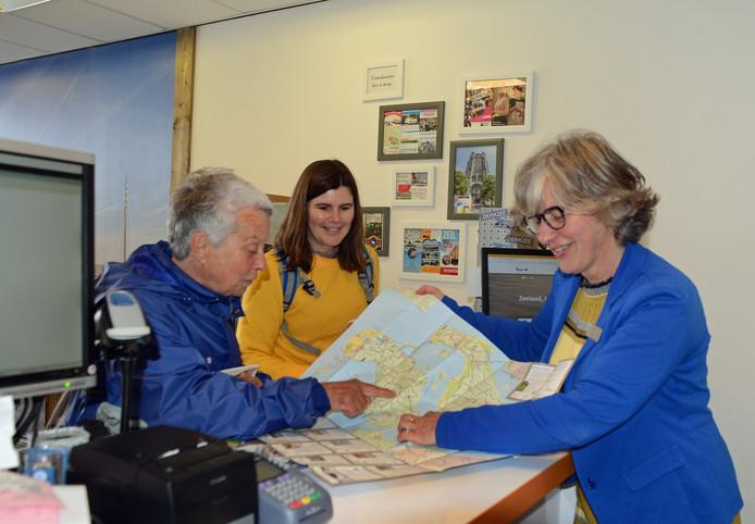 VVV-informatrice Karin Boot helpt toeristen in het kantoor aan de Nieuwe Haven in Zierikzee op weg.