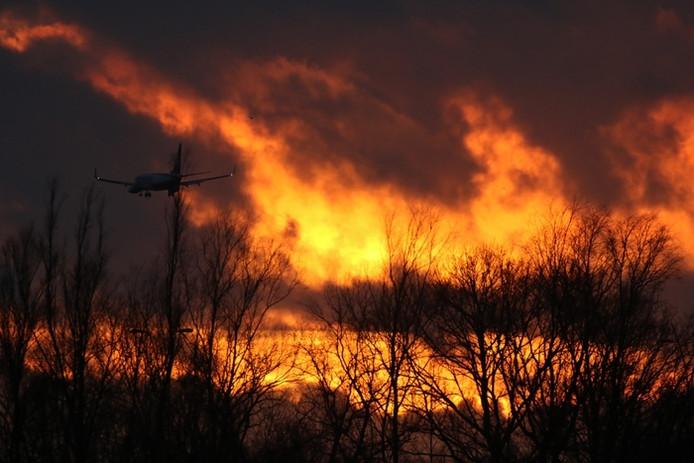 Dramatische zonsondergang bij Eindhoven Airport, een Ryanair toestel gaat bijna landen (lezersfoto).