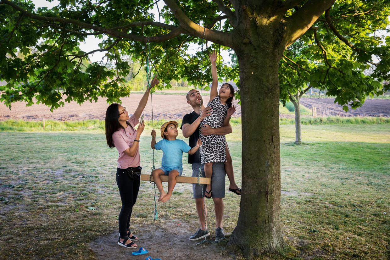 Senzi Man (man Nout, kinderen Jasmijn en Milo) uit Oudenbosch, die met haar gezin fanatiek aan geocaching doet, sinds de coronacrisis.