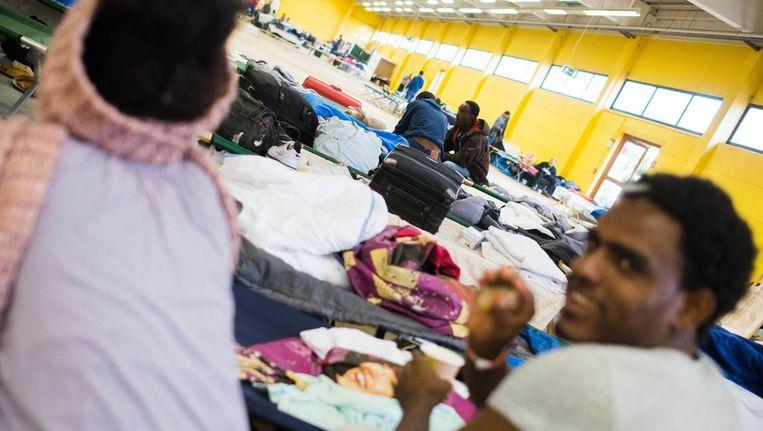 Migranten worden opgevangen in een voormalige bouwmarkt in Hamburg. Beeld afp