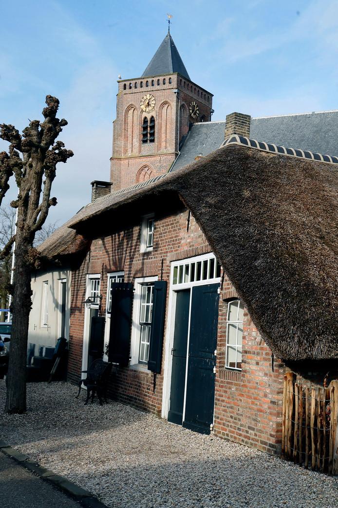 Voor de kerk bevindt zich een gebouw dat meerdere eeuwen dienst heeft gedaan als boerderij en smederij. Binnen is nog altijd een deel van de woning ingericht als smidse.