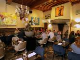 Vrolijk naar huis vanuit het Middeleeuwse stadspaleisrestaurant