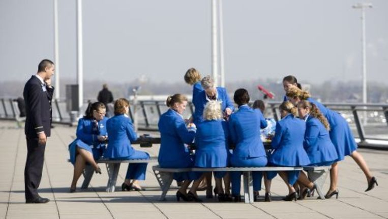 KLM personeel zit zondagochtend op het Panorama Terrace op Schiphol Airport. ANP Beeld