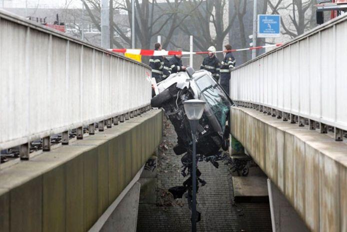 Door nog onbekende oorzaak schoot een zware Audi-SUV de middenvangrail op van het viaduct. foto Bert Jansen