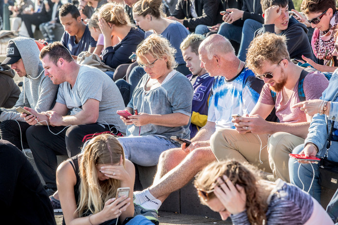 Archieffoto. Een drukte in Kijkduin, waar mensen met hun mobiele telefoons een zeldzame Pokémon wilden vangen. Volgens Remco Kock is het leven te kort om aan schermstaren te verspillen.