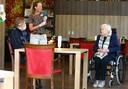 Wim Versluis op bezoek bij zijn moeder in verpleeghuis Tiendwaert in Hardinxveld-Giessendam.