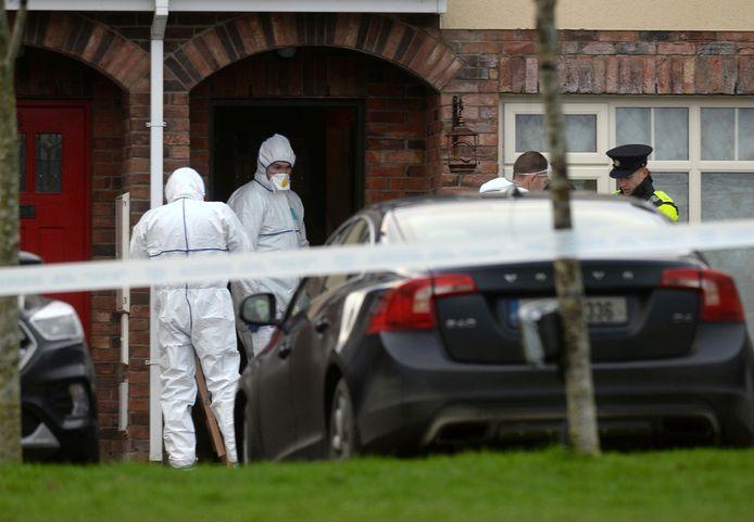 Forensische experts bij het huis in Dublin waar de politie gisteren de lichamen aantrof van de kinderen Connor, Darragh en Carla McGinley.