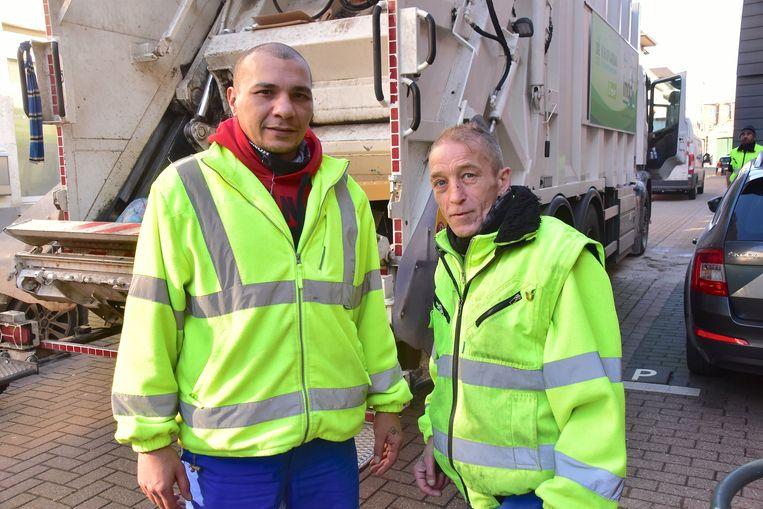 Patrick Ftita uit Izegem (links) en zijn collega Franky Waegebaert uit Ingelmunster, met op de achtergrond de gestrande vuilophaalwagen.