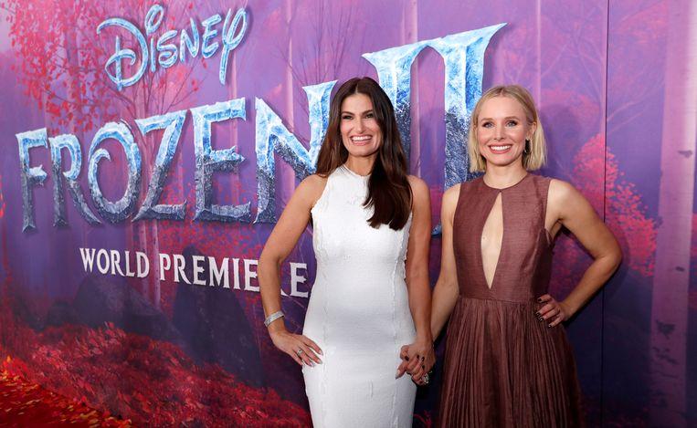 Idina Menzel (links) vertolkt de stem van Elsa in de originele, Amerikaanse versie. Hier staat ze naast haar co-actrice Kristen Bell, die Anna speelt.