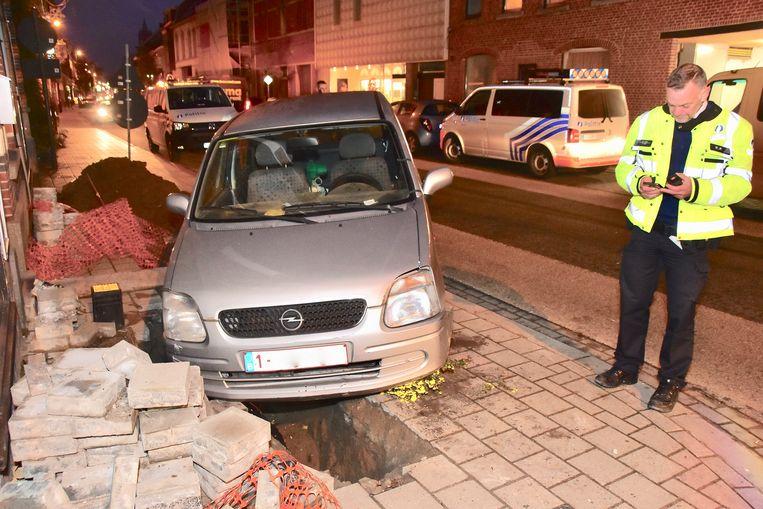 Het autootje belandde net niet in de werfput van het opgebroken trottoir.