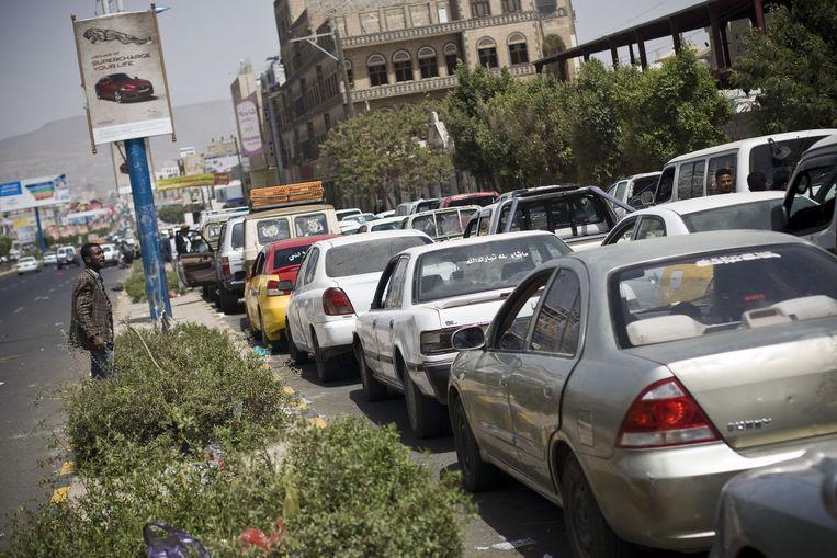 Rijen auto's wachten voor een tankstation in Sanaa, Jemen. Beeld null