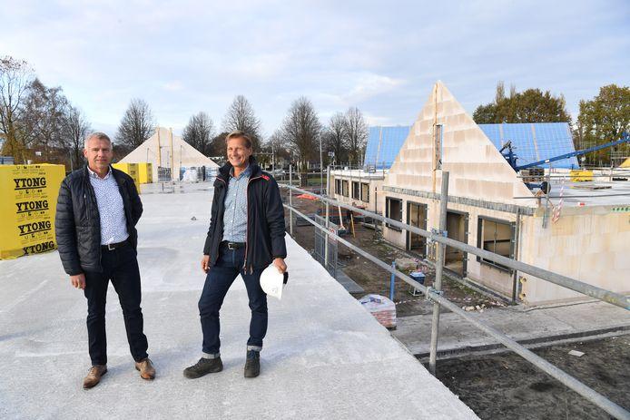 Harm Jan Krips (Links) en Ton van der Veer bij de bouw van  Stichting Pim Senior.