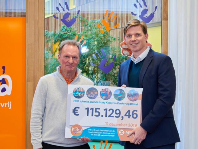 Ben Lucas van MSD (rechts) overhandigt de cheque aan Frits Hirschstein, oprichter en directeur van KiKa.