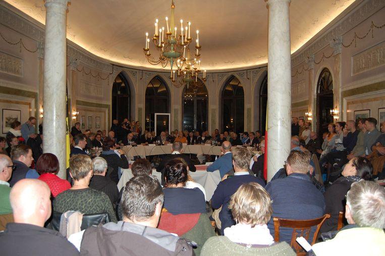 De gemeenteraadszaal in het kasteel Wissekerke was maandagavond een maatje te klein doordat zoveel mensen kwamen opdagen.
