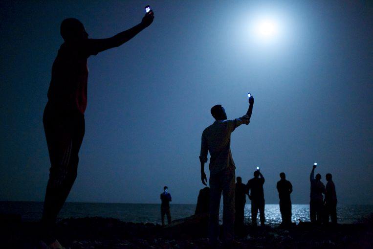 Afrikaanse immigranten proberen in Djibouti een internetsignaal op te vangen vanuit Somalië. De Dienst Vreemdelingenzaken (DVZ) wil een interactieve onlinecampagne starten om tegengewicht te bieden aan de vele onjuiste verhalen die mensensmokkelaars verspreiden onder (potentiële) migranten.