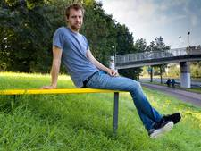 2.05 meter lange Bosschenaar bedenkt ideale bankjes voor grote en kleine mensen