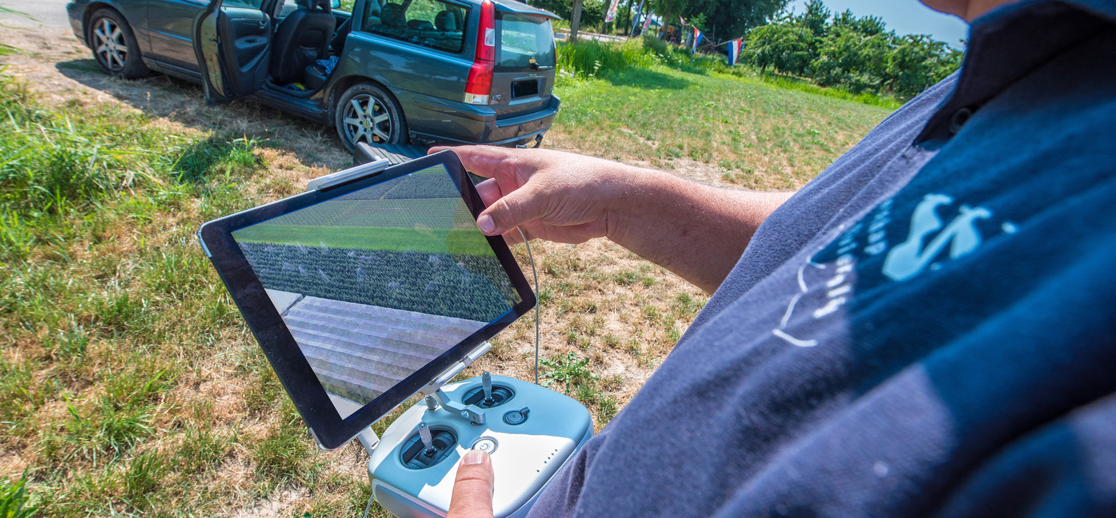 Op een beeldscherm kan de controleur de beelden zien die zijn drone maakt.