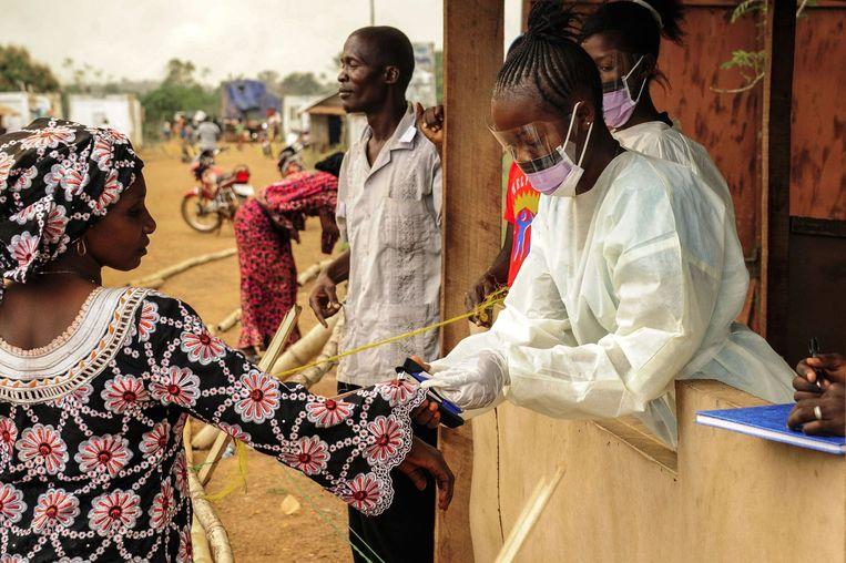 Een vrouw wordt gecheckt op ebola in Sierra Leone. Beeld null