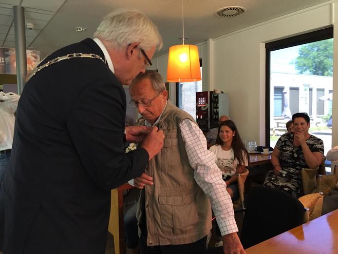 Uiteraard deelde de gemeente al wel koninklijke onderscheidingen uit, zoals hier aan Ton Vossen (rechts)