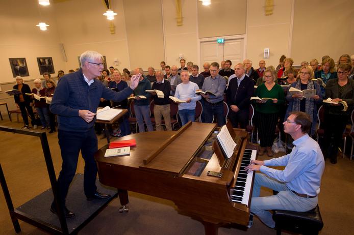 Joop Schets (l) vorig jaar tijdens een repetitie van Bachkoor Apeldoorn voor Die Jahreszeiten van Joseph Haydn.