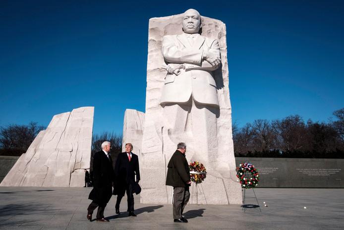 De Amerikaanse president Donald Trump (midden) en vicepresident Mike Pence (links) bij het monument voor de in 1968 vermoorde dominee en mensenrechtenactivist Martin Luther King.