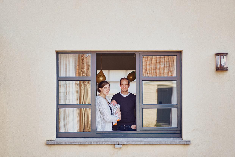 Annabelle Roose (29) en Pieter Devoldere (31), sinds vorige week de trotse ouders van dochter June. 'Je zit daar met een hoopje geluk en je kan het met niemand echt delen', zegt Roose.
