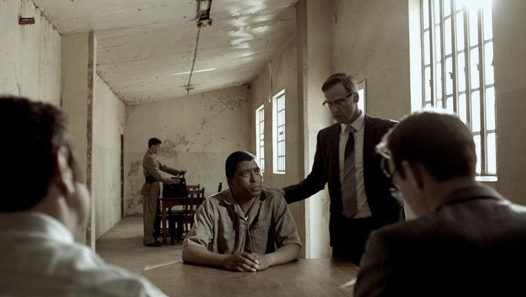 Sello Motloung als Nelson Mandela en Peter Paul Muller als de advocaat Bram Fischer in Bram Fischer Beeld null
