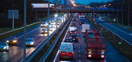 Flinke file op A28 bij Zwolle door ongeluk: twee rijstroken dicht