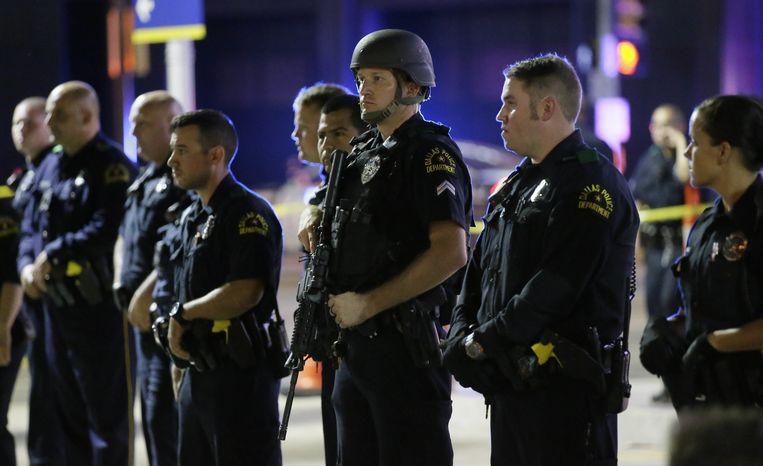 Agenten op wacht nabij de plek van de schietpartij in Dallas. Beeld ap