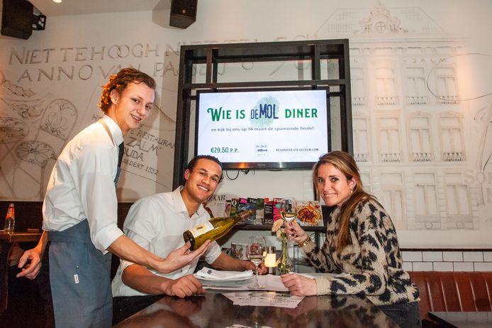 Mattias Nab (19) en Marjolijn van Laar (42), medewerkers van Brasserie De Zalm, organiseren een 'Mollendiner'.