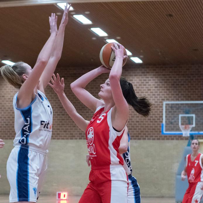 Tonego'65- ZAC: Kirsten Ebeltjes gaat voor een schot.