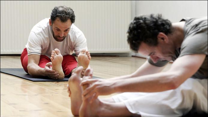 Steeds meer mannen doen aan yoga, maar dan wel zonder alle poespas als wierook en waxinelichtjes.