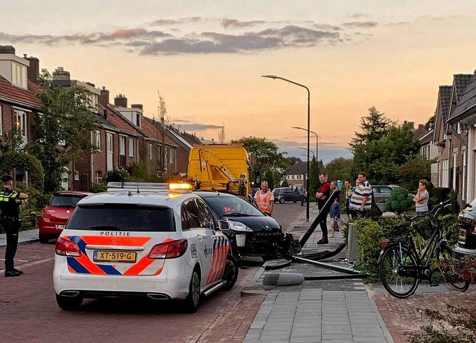 Automobiliste botst tegen lantaarnpaal in Oisterwijk.