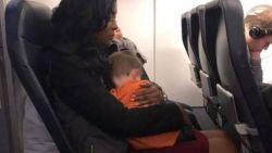 """Hoe drie onbekende vrouwen wanhopige mama hebben geholpen tijdens vlucht, laat niemand onberoerd: """"Engelen bestaan echt"""""""