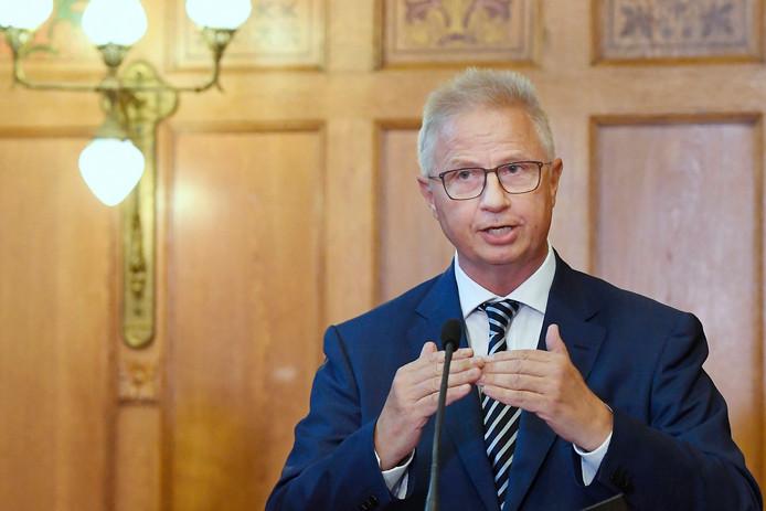 De Hongaar Lászlo Trócsányi (Nabuurschap en Uitbreiding) kan de toets der kritiek niet doorstaan.