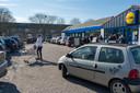 Mensen met boodschappenkarren op het parkeerterrein voor de supermarkt zijn nu nog een vertrouwd beeld, maar dat gaat in de loop van 2019 veranderen.