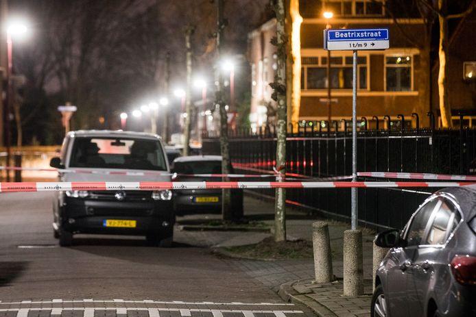 De politie heeft de Beatrixstraat afgezet na de schietpartij van vanochtend.