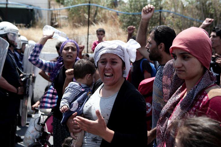 De migranten protesteren tegen de ondraaglijke toestanden in het vluchtelingenkamp.
