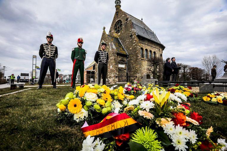 Er werden bloemenkransen neergelegd om de slachtoffers te herdenken.