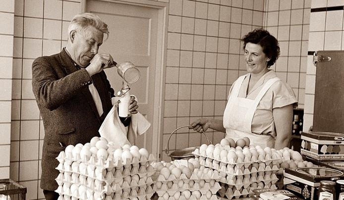 Een Amsterdamse keurmeester neemt monsters in 1958