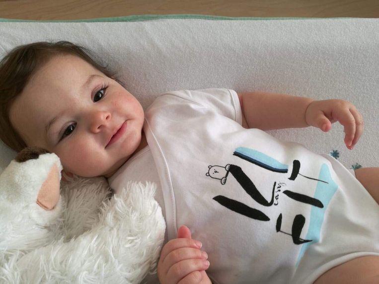 Het rompertje kan aangepast worden met drukknopen in de lengte en de breedte, waardoor het tot 8 maanden kan gedragen worden in het eerste levensjaar van een baby.