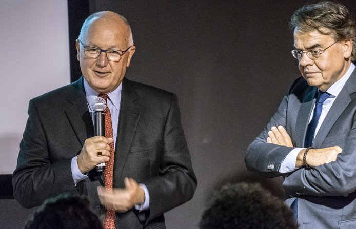 Ambassadeur Pete Hoekstra (l) met museumdirecteur Wiel Lenders.