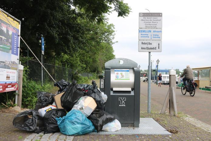 Het lukraak dumpen van vuilniszakken is één van de vele problemen van het omgekeerd afval inzamelen.