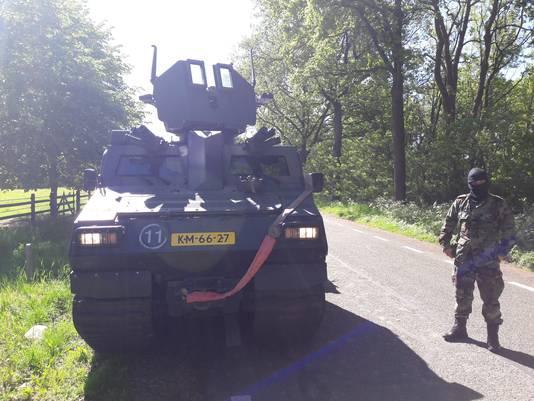 Marinier in opleiding Mitchell (18) uit Groesbeek met bivakmuts naast zijn 'Viking' waarin hij donderdag rijexamen doet.