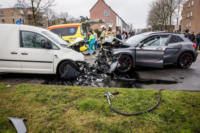 De ravage na de zware crash op de Rio Brancodreef in Utrecht Overvecht. Eén persoon raakte zwaargewond, 1 april vorig jaar.