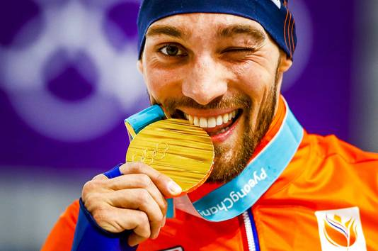 Kjeld Nuis met de gouden medaille na de 1000 meter mannen in de Gangneung Oval.