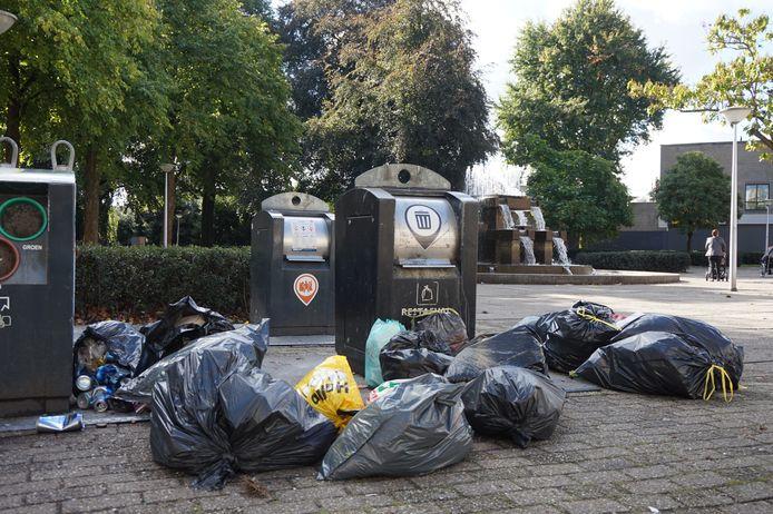 Gedumpt afval bij de ondergrondse containers aan de Zomerstraat in Tilburg.